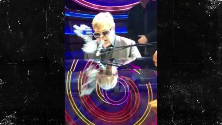 Elton John detuvo su show porque un fan le arrojó un collar de cuentas que le pegó en la boca