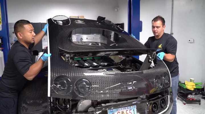 El complejo y costoso cambio de aceite en un Bugatti