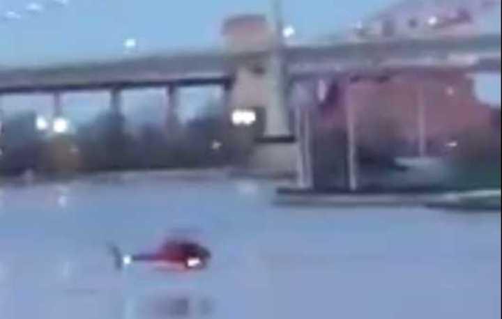 Helicóptero cae al agua en Nueva York
