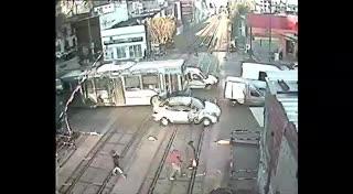 Un tren casi embiste a un colectivo en un paso a nivel