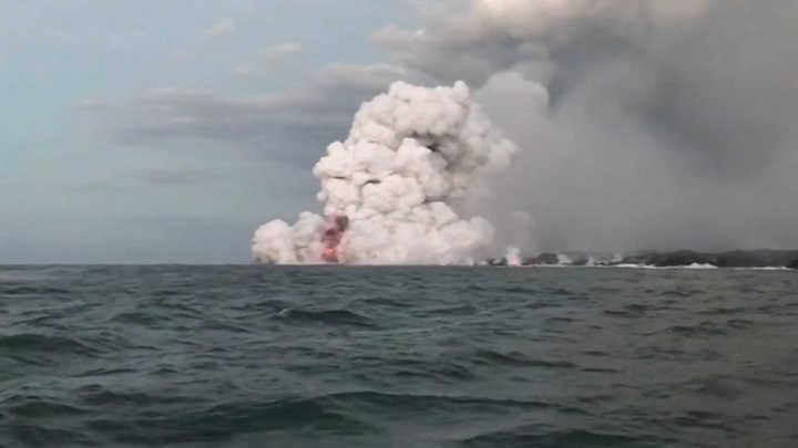 """Pánico en el mar: hacían un recorrido turístico cerca de un volcán y les cayó una """"bomba de lava"""" en el barco"""