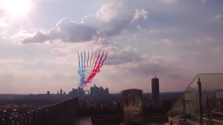 El homenaje de los aviones de la patrulla de Francia a los campeones del mundo. (@shababaty)