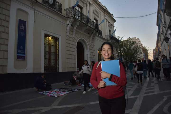 Era abanderada en la escuela cuando vivía debajo de un puente: ahora estudia para convertirse en abogada