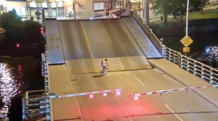 Momento dramático: una ciclista no respetó el aviso y quedó atrapada en un puente levadizo