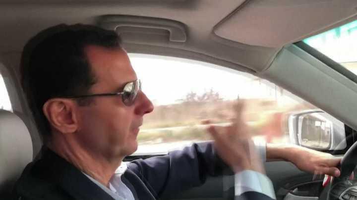 El Presidente sirio Bashar al Asad maneja en Guta Oriental, donde visitó tropas del régimen.