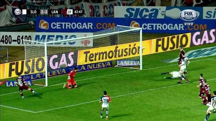 El palo le negó el gol de Lanús