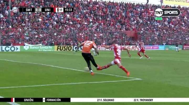 Ignacio Arce casi comete un error que le cuesta un gol a San Martín