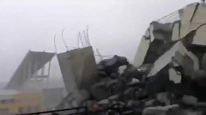 Un particular graba los escombros del puente tras la caida del puente