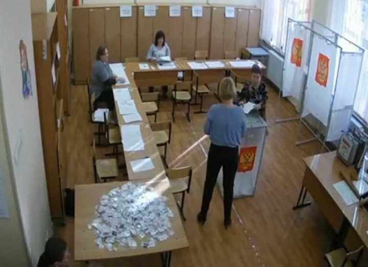 La prueba irrefutable de las irregularidades. El video muestra como una oficial introduce votos en la urna de manera impune.