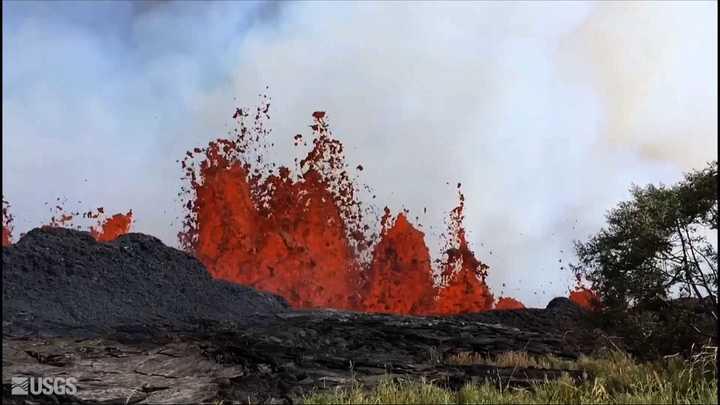 El volcánKilaueaesparce ríos de lava a través de sus fisuras