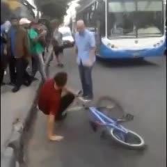 Brutal pelea entre colectiveros y ciclistas en Ciudadela