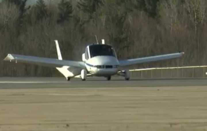 El auto volador de Terrafugia en pleno vuelo