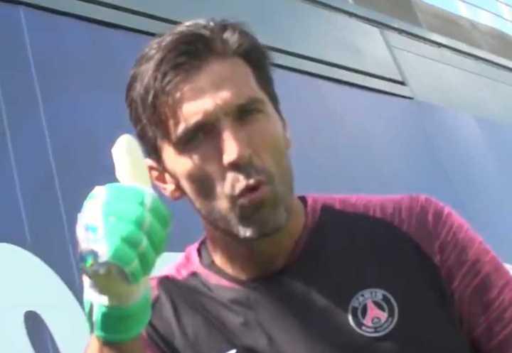 Gianluigi Buffon fue recibido por sus compañeros