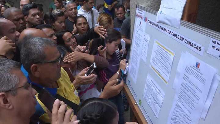 Venezolanos abarrotaron consulado chileno en busca de visa