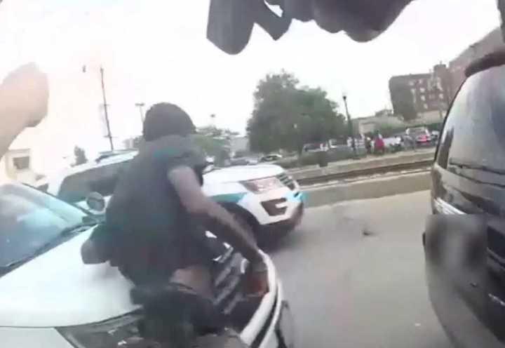 Estados Unidos: El momento en que policías matan a un hombre negro en la calle
