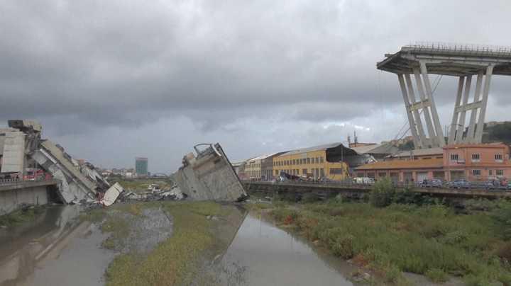 Colapsa un puente en Génova, caen varios autos al vacío