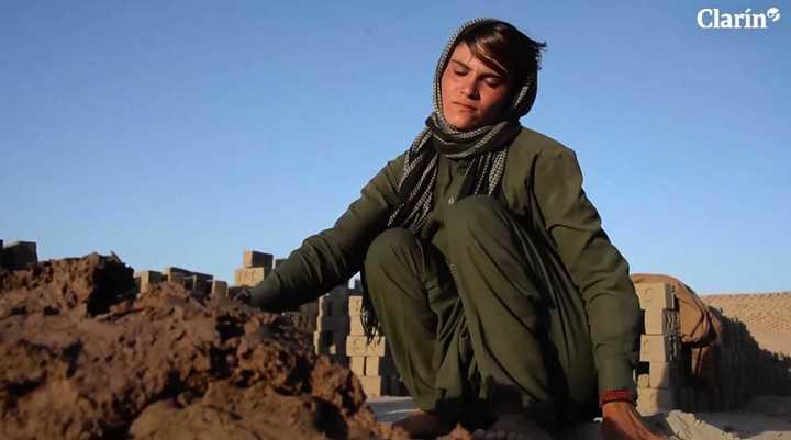 La niña afgana que, obligada, vive hace más de diez años como un varón.