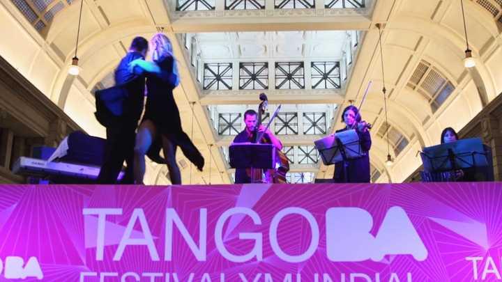 Tango en el hall de la estación Retiro