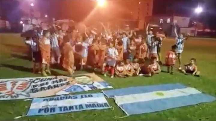 El aliento de los chicos del Club Grandoli de Rosario para los jugadores de la Selección