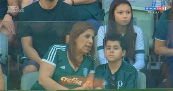 Un nene ciego escuchando el relato del partido por la voz de su madre