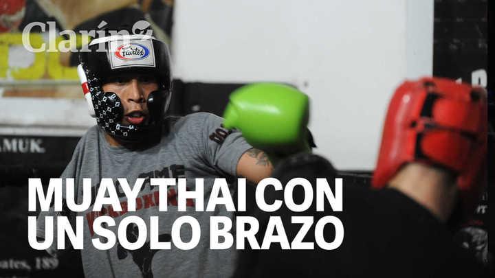 Carlos Machado, peleador de muay thai al que le falta un brazo