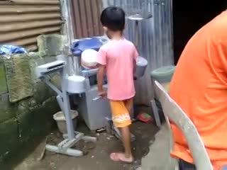 Un nene se armó su batería con bidones y sorprendió con su talento