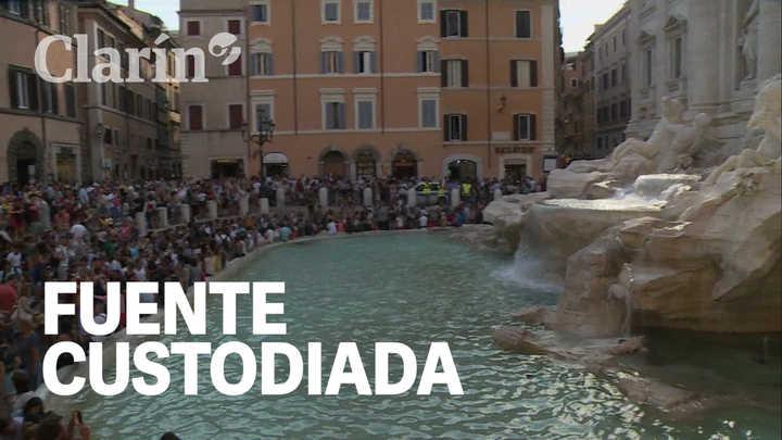 Por los constantes incidentes con turistas, la policía custodia la Fontana di Trevi las 24 horas