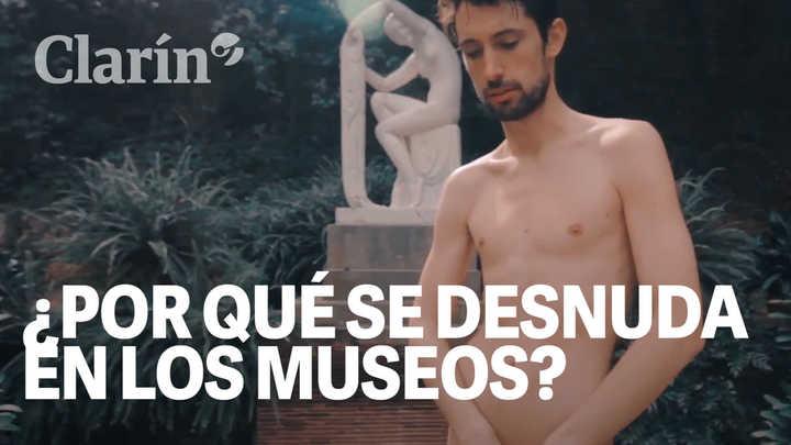 Quién es el artista que posó desnudo frente a los cuadros de Adán y Eva