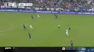 La burla de un defensor de Estados Unidos a un delantero de México por su estatura