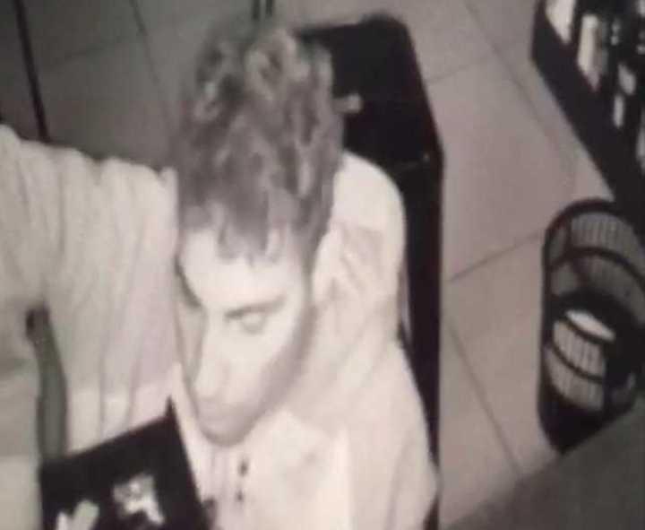 Entró gateando a un restaurante y se llevó 2000 pesos: quedó filmado
