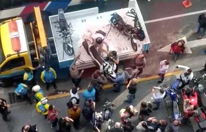 Le secuestraron la moto y se subió a la grúa para recuperarla