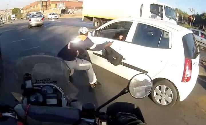 Iba en moto y evitó un robo