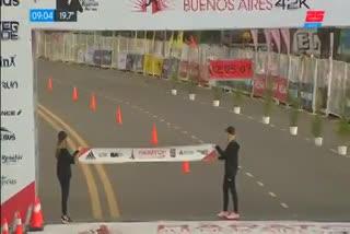 Así llegó a la meta el keniata Kipkemboi, campeón con récord del Maratón de Buenos Aires