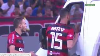 Jugadores de Vasco y Flamengo empujan una ambulancia