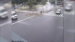 Un motoquero se cayó en la calle y fue arrastrado por un camión.