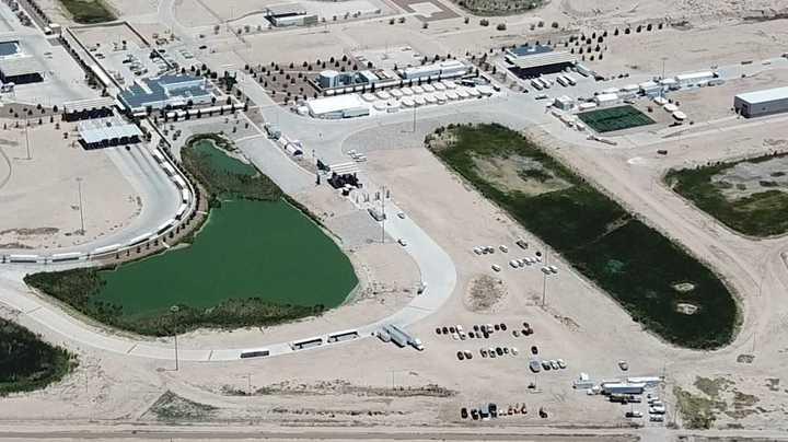 """La """"ciudad de las carpas"""" donde llevan a los menores en Texas"""