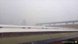 Momento en que cae el puente en Génova
