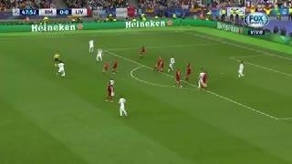 El golpe de Sergio Ramos a Loris Karius antes del 1 a 0 parcial. (Fox Sports)