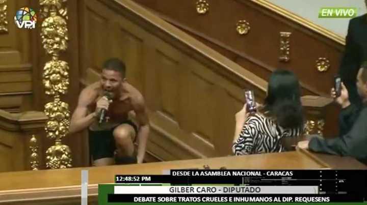 El diputado venezolano que se quitó la ropa para protestar por las condiciones de detención de un legislador opositor a Maduro.