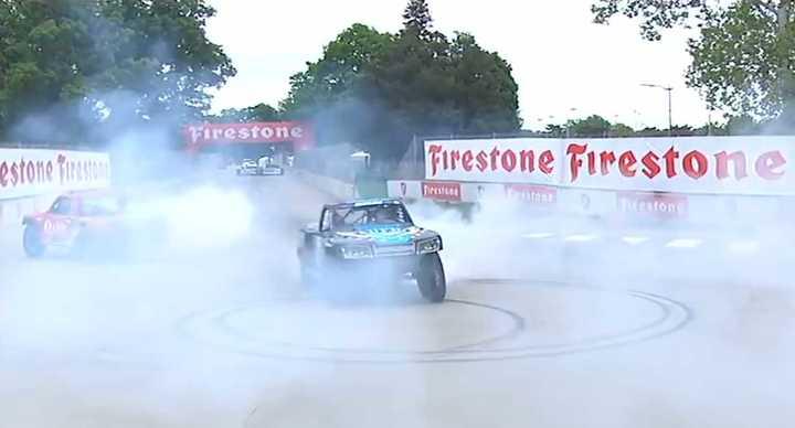 Speed Super Truck, la carrera en donde las camionetas vuelan y doblan en tres ruedas. (Completa)