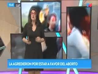 Una embarazada atacó a una chica por estar a favor del aborto legal