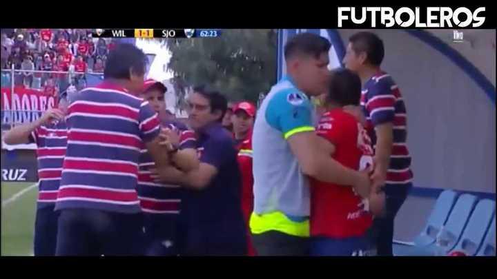 Cristian Pochi Chávez se agarró a las piñas con un ayudante de campo.