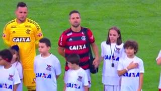 Diego, de la mano con una nena con respirador artificial