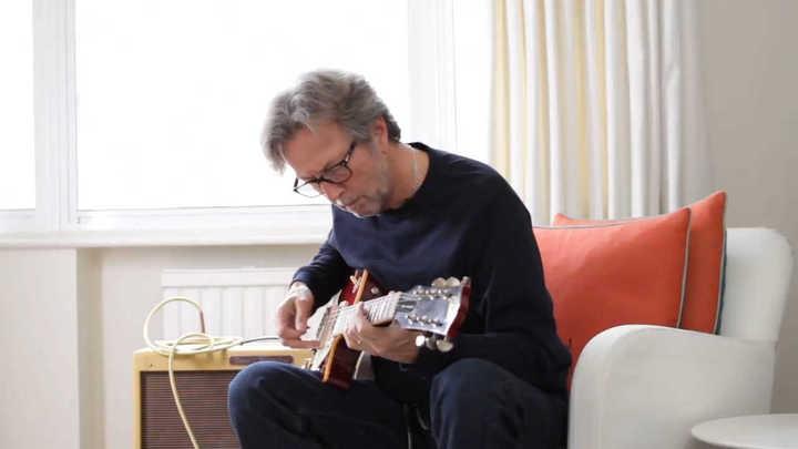 Eric Clapton prueba la guitarra Gibson Harrison-Clapton Lucy Les Paul