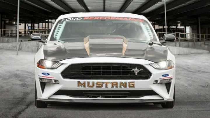 Ford presentó un Mustang Cobra que conmemora el 50 aniversario del modelo.