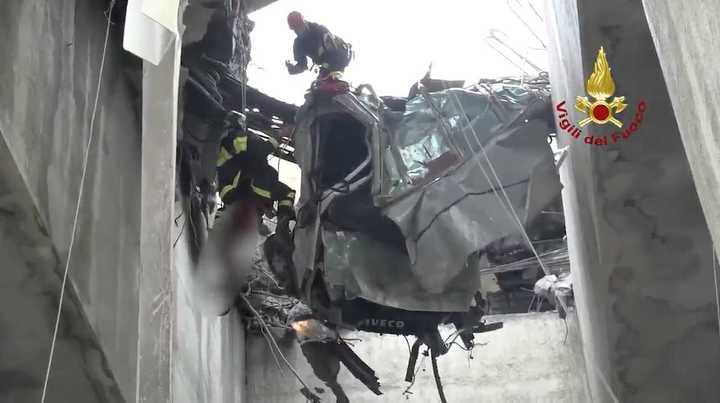 Así rescatan a una persona que quedó colgada del puente en Génova
