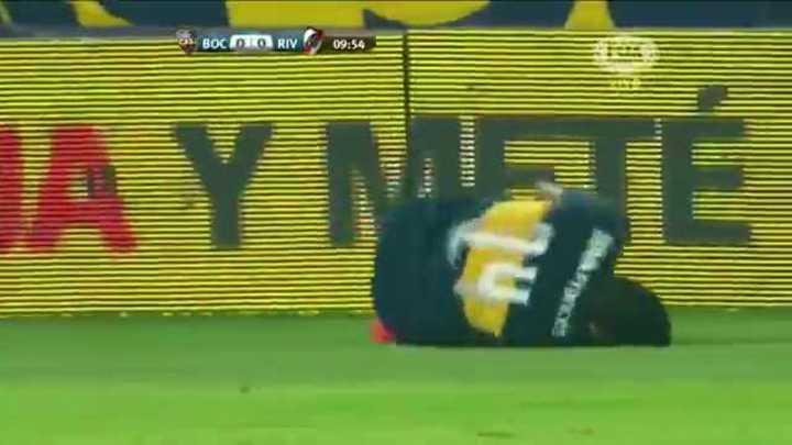 La patada de Vangioni contra Palacios en un Superclásico de verano.