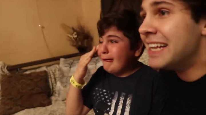 Un youtuber le hizo creer a su hermano que era invisible