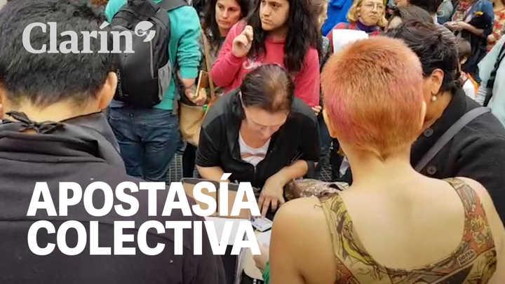 ApostasÍa colectiva para dejar la Iglesia católica en Av. Corrientes y Av. Callao