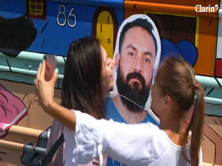 La novia no lo dejó ir a Rusia, sus amigos llevaron una foto de el a tamaño real